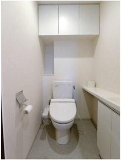 白を基調とした清潔感のあるトイレの上部には吊戸棚が完備されております♪