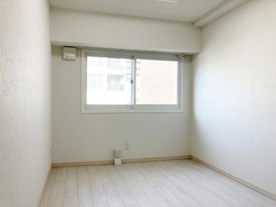 玄関側の5.7帖洋室