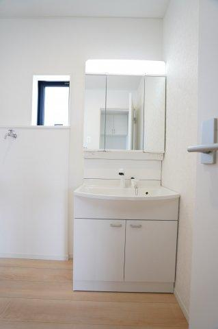 【同仕様施工例】清潔感のある洗面室です。窓があるので換気ができます。