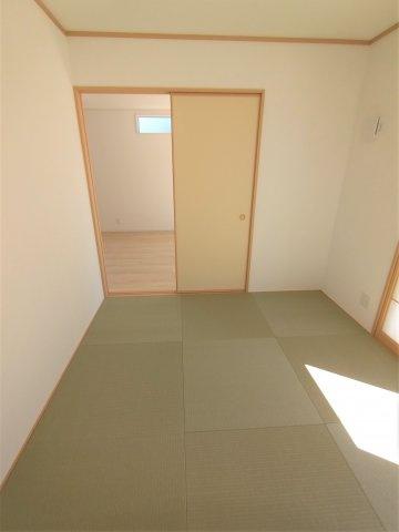 和室。2方から入室できるので便利です。客間はもちろん、洗濯物を畳んだり、お子様の遊ぶスペースに大活躍