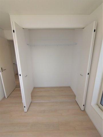洋室のクローゼット。衣類やバックなど細々した物をスッキリ収納できることで空間を広々使うことができます