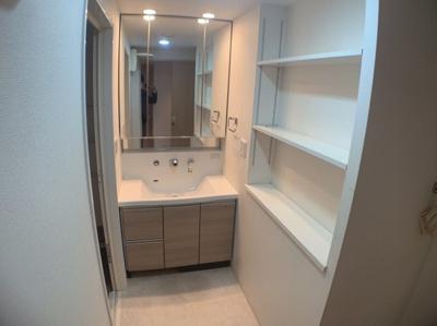 清潔感のある洗面所スペースです。収納スペースもあります。