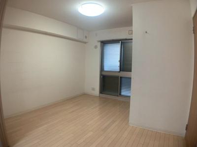 使い勝手のいい洋室です。約6.1帖です。