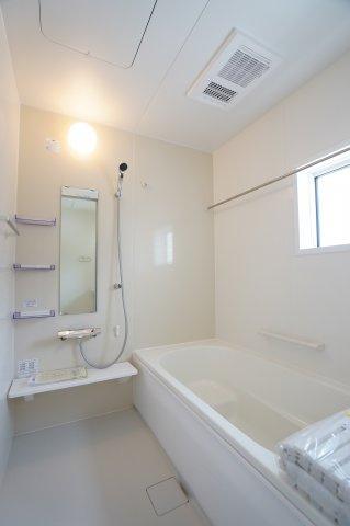 【同仕様施工例】広々とした浴槽でバスタイムを楽しみたいですね。