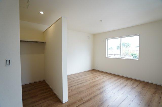 【同仕様施工例】2階8.5帖 バルコニーがあるお部屋です。大きな窓から明るい光が差し込みます。