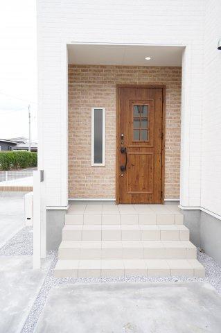 【同仕様施工例】木目調の玄関ドアでやさしく迎え入れます。