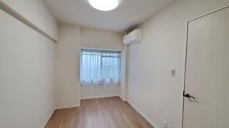 エアコン付の使いやすい洋室です
