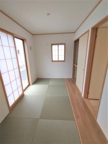 板の間付きのゆとりの和室。客間はもちろん、洗濯物を畳んだり、お子様の遊ぶスペースにしたり大活躍。