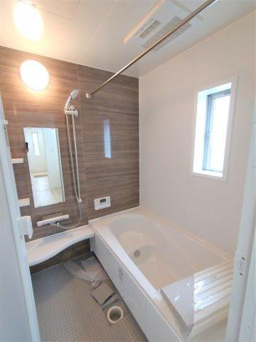 床は水はけが良く、キレイで滑りにくい。節水効果有のシャワー。浴槽内ベンチ付きでお子様と入る時に便利♪