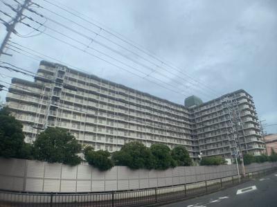 物件の外観です。11階建の大型マンションです。