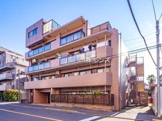 平成13年築、落ち着いたブラウンタイル貼りのマンションです