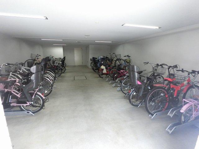 駐輪場です。屋内のため雨が降っても安心です。