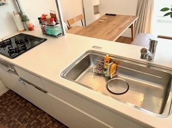 キッチンシンクも広々としており洗い物がしやすそうです。