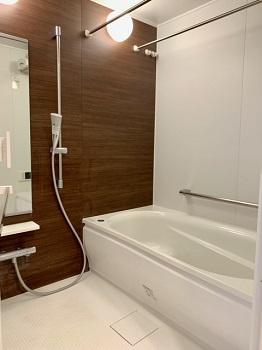 1418サイズの浴室。もちろんフルオートバスで浴室換気暖房乾燥機も付いており雨の日でも洗濯物が干せるので、忙しい共働きのご家庭では大活躍です。