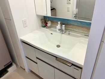三面鏡付洗面化粧台です。 十分な大きさの洗面台は収納豊富で、身だしなみチェックや歯磨きなど、朝の慌ただしい時間でも大活躍です。 お子様うれしいチェイルドミラー付き。