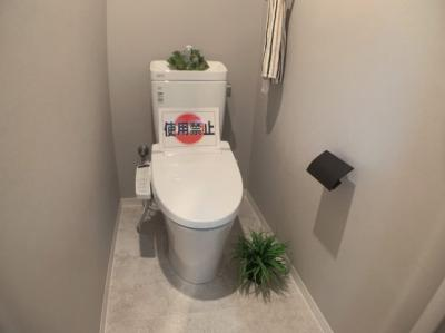 落ち着いた色調のトイレです。温水洗浄機能つきです。