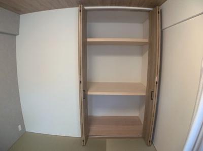 和室の十分な収納スペースがあります。