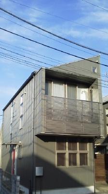 平成18年築のデザイーナーズ住宅。角地でカースペース2台!