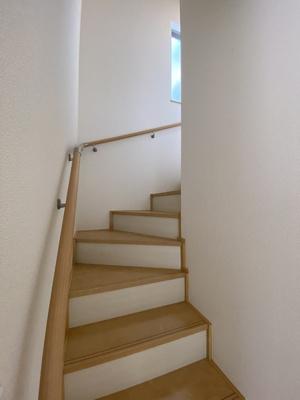 手すりがついて、廻り階段になっているので、安心して上がれます。