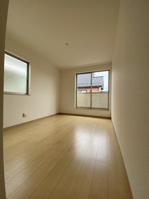 2階洋室です。大きな窓で明るいお部屋です。