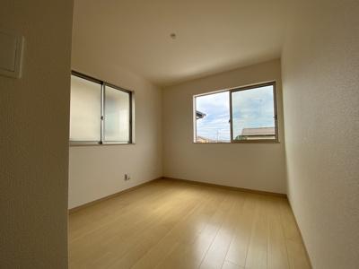 2階北側の洋室ですが、こちらも大きな窓で明るいお部屋になっています。