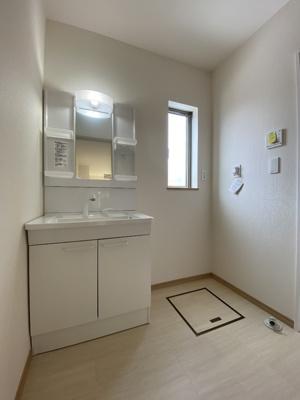 シンプルでスッキリとした洗面台。オープン収納もあります。