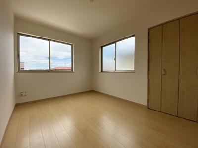 2階北側の洋室ですが、大きな窓で明るいお部屋になっています。