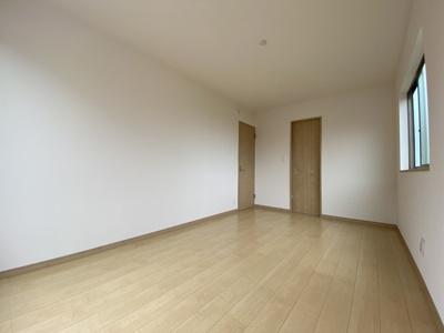 ウォークインの入り口がスッキリしているので、部屋の壁を有効に利用できますね。