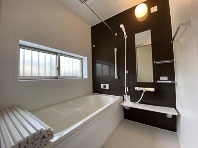 シンプルで使いやすいシステムバスです。追い炊き機能付き。浴室暖房乾燥機も付いているので、雨の日でも洗濯物を干すこともできます。