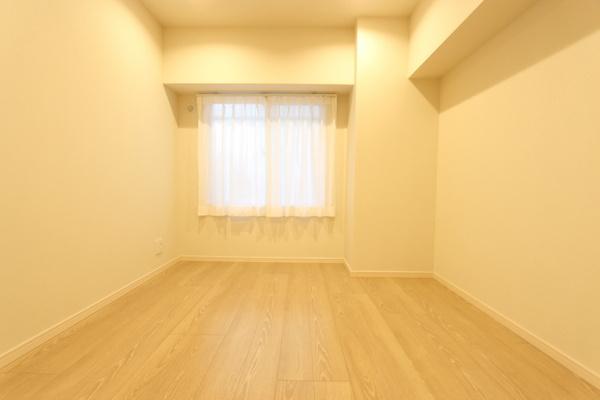 朝日が差し込む東側洋室。気持ちの良い目覚めができそうです!