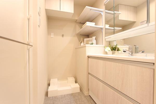 収納棚が充実したパウダールーム。