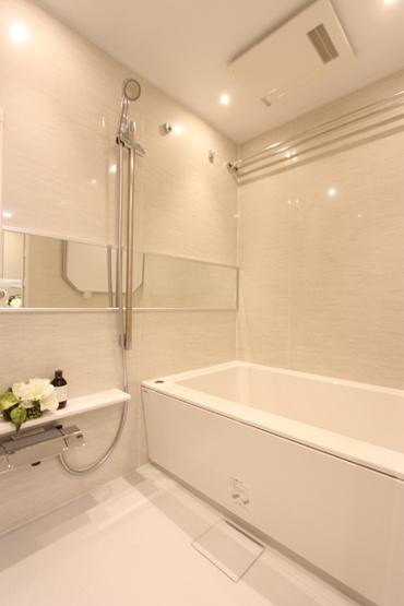 浴室換気乾燥暖房機付きのバスルーム。