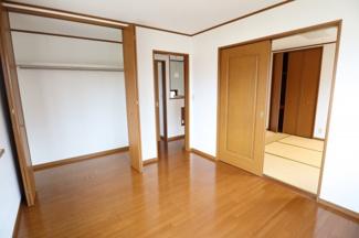 2階洋室、クローゼットにたっぷり収納可能
