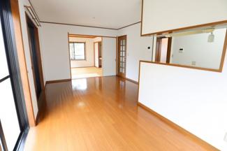 食卓と居間が分かれており、くつろげるスペースが確保されています。