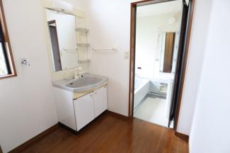 朝の忙しい時に便利なシャワーホース付きの洗面台