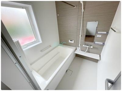 バスルームはしっかりリラックスできるよう、ゆったりしたサイズの広い浴槽になっています。浴室乾燥機もついているので、梅雨時期や花粉症シーズンも安心です!清潔感のあるデザインで、快適な空間です。