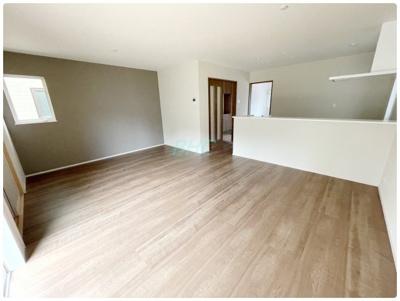 リビングは約18帖の快適空間。南側開口部からは陽光が差し込み、室内を明るく照らしてくれます。