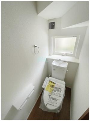 白を基調とした清潔感のあるトイレ トイレ洗浄機能付きを標準完備、清潔な空間が印象的です。