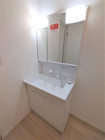 三面鏡タイプの洗面台。鏡の裏は収納スペース。細々した洗面用品の収納に最適。シンク下も収納できます。