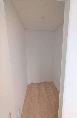 6帖の洋室には1.5帖の納戸付。収納スペースとして使うことができます♪奥行があるので 大容量収納可♪