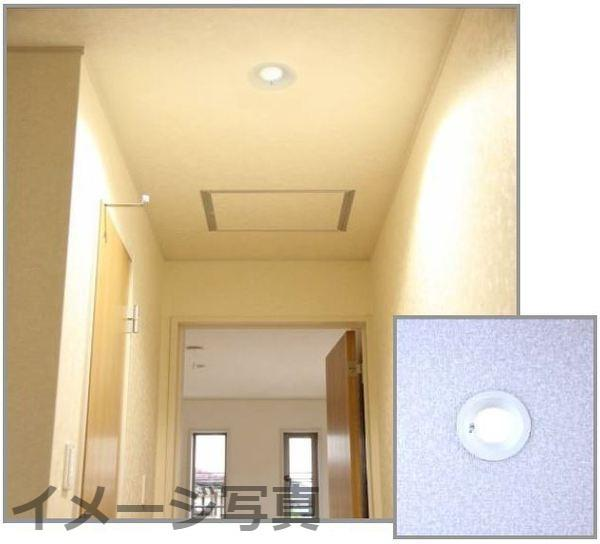 LEDダウンライト。省エネで環境に優しく、従来の蛍光灯ライトに比べ電気料金・年間CO2を削減。