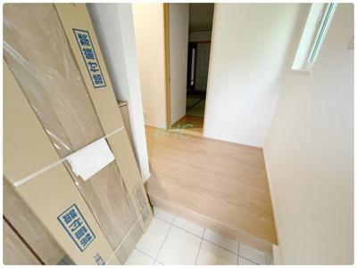 明るく広々とした玄関は、開放感があり温かみを感じさせてくれます。シューズボックスも備えつけられていて、靴はもちろん掃除道具なども収納可能です!