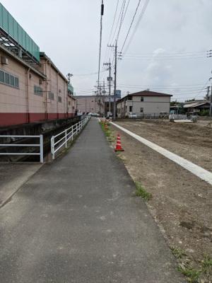 前面道路は幅員4m。(公道部分約2m、私道部分約2m)