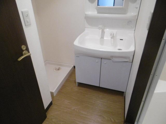 独立洗面台があり身支度もしやすいです(同物件別室写真です)