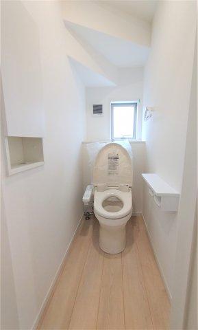 ウォシュレット機能やセンサー感知でフタが自動開閉する機能などの多機能トイレ。汚れにも考慮した設計。