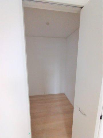2帖のウォークインクローゼット付き洋室。奥行があるので大容量収納可能♪人気の設備の1つです☆