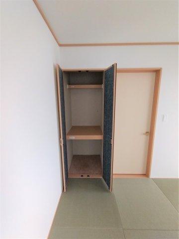 和室収納。奥行のある収納で来客用のお布団や座布団などの収納に最適です♪