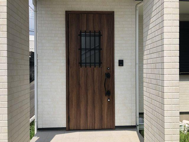 クリスマスリースが似合う木目調のお洒落な玄関ドア