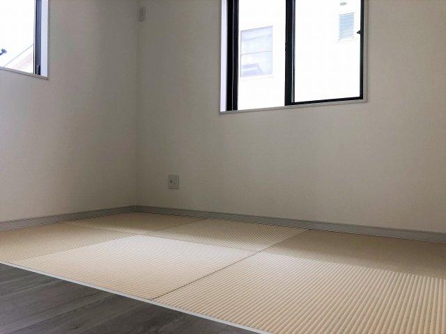 リビングには畳コーナーがあり小さなお子様を寝かしておくスペースにも便利な空間です。