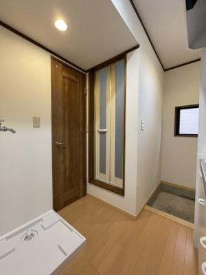 左から、洗濯機置き場(洗濯パン新しくしました)、トイレ入り口、お風呂入り口、玄関です。